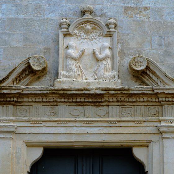 Aigues-Mortes - Chapel door decoration