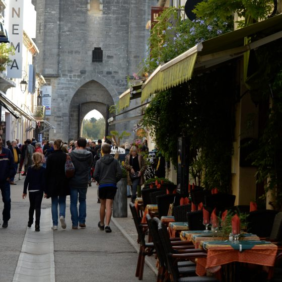 Aigues-Mortes - Street restaurant and gate