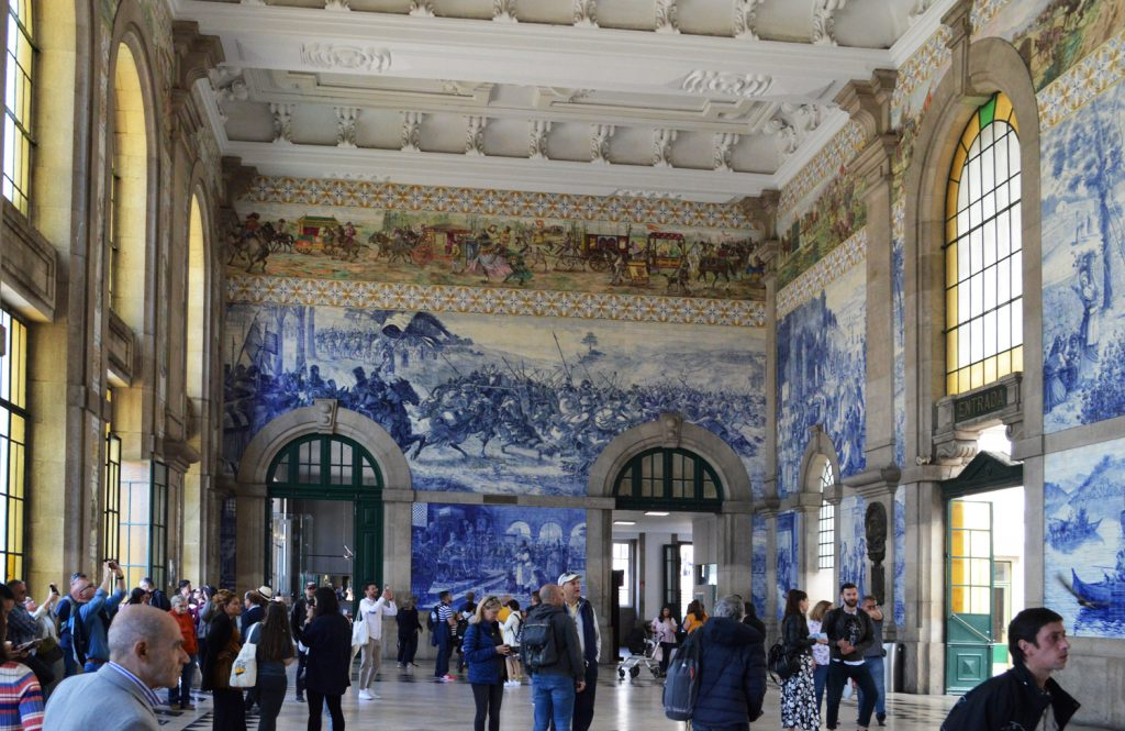 Porto - Stunning train station foyer