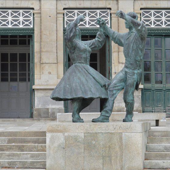Viana do Castelo - Statue at train station