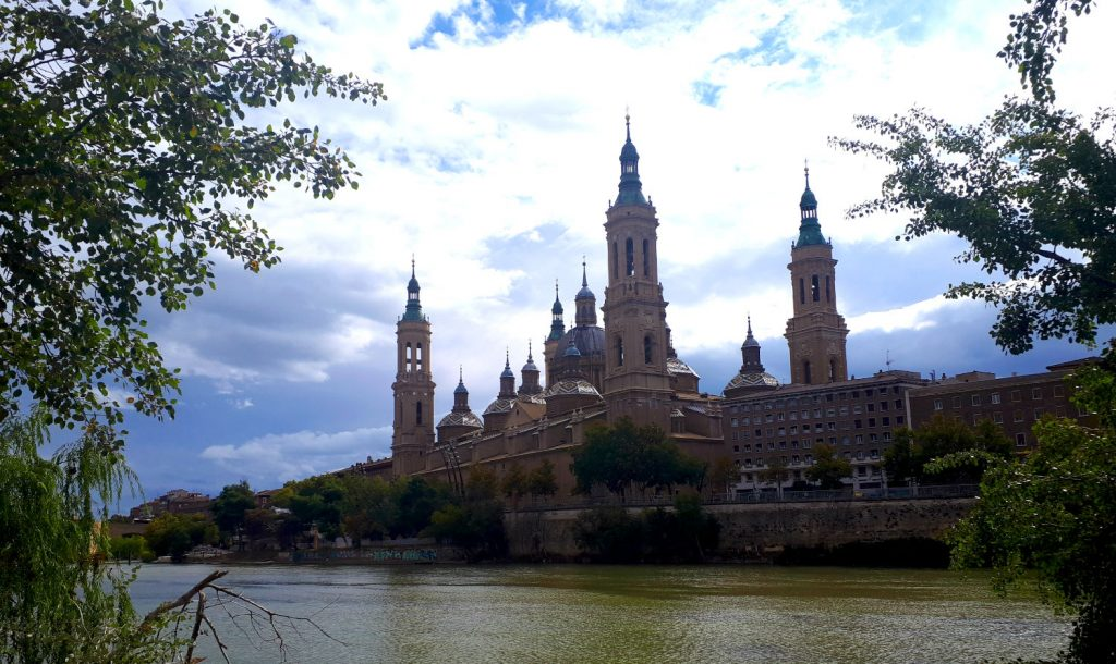 The beautiful riverside setting of Zaragoza's impressive Basílica de Nuestra Señora del Pilar